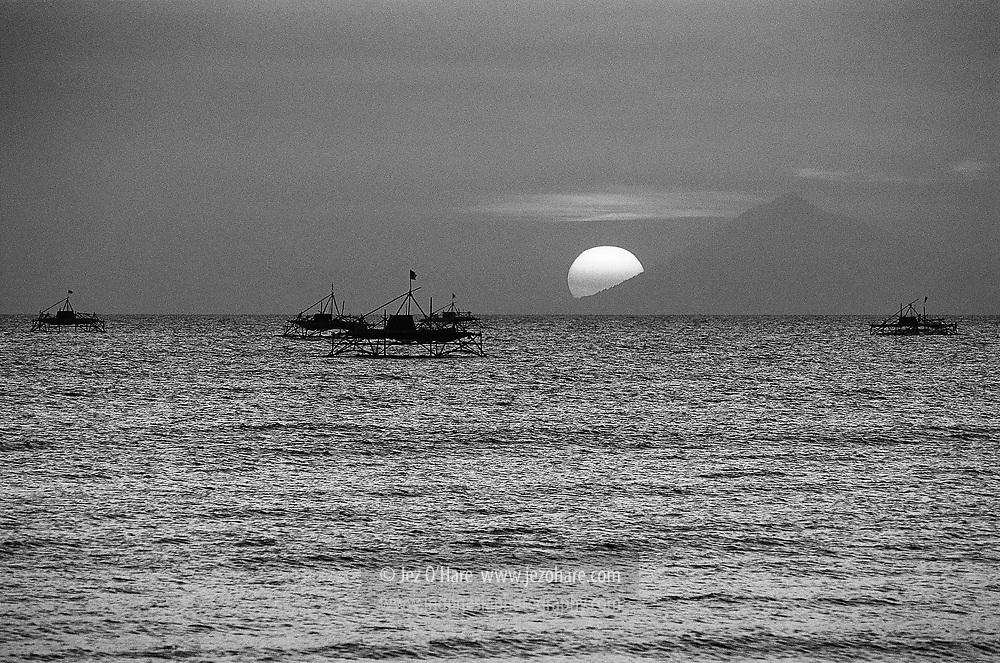 Bagan (fishing platforms) dan Pulau Rakata (Krakatau islands), Selat Sunda, Indonesia.