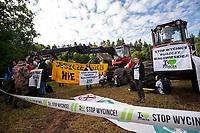 13.06.2017 wies Postolowo Puszcza Bialowieska Aktywisci z Greenpeace i Fundacji Dzika Polska zablokowali po raz czwarty wyjazd maszyn harvester do pracy w lesie . W protescie bierze udzial ok 40 osob , w tym 9 z zagranicy , glownie z Czech fot Michal Kosc / AGENCJA WSCHOD