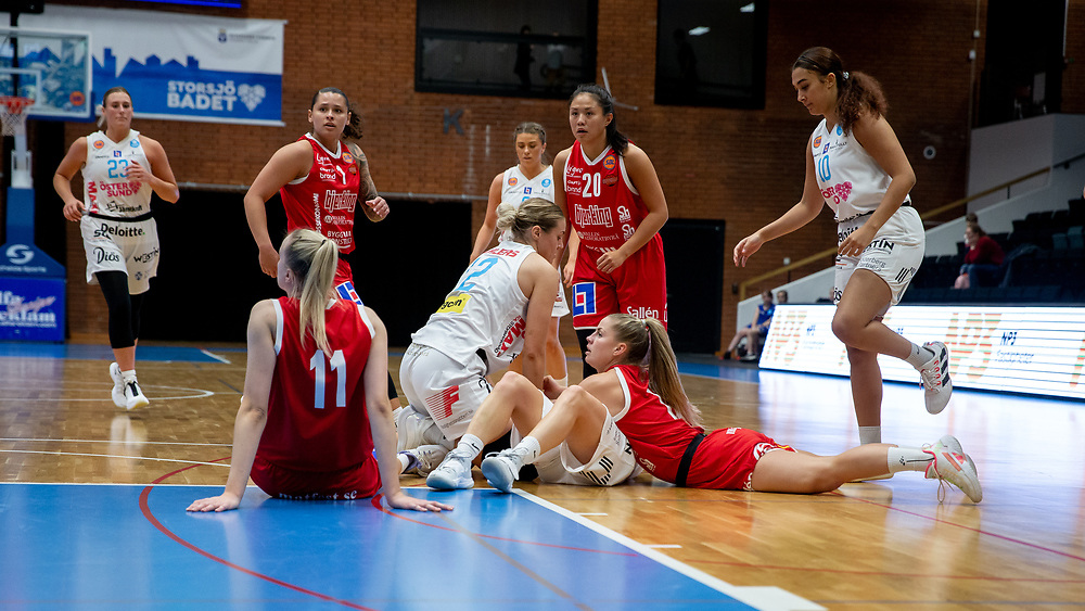 ÖSTERSUND 20210925<br /> Kamp om bollen under lördagens match i Basketligan mellan Östersund Basket och Uppsala Basket i Östersunds Sporthall<br /> <br /> Foto: Per Danielsson/Projekt.P