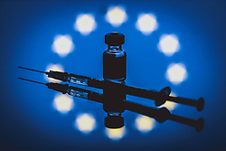 THEMENBILD - Ampulle des mRNA-Impfstoffs BNT162b2 von BioNTech/ Pfizer mit einer Injektionsspritze und der Flagge der Europäischen Union. Comirnaty ist der erste in Europa zugelassene Impfstoff gegen Covid-19, aufgenommen am 18. März 2021, Österreich // Vial of the mRNA vaccine BNT162b2 from BioNTech/ Pfizer with a Injection syringe and the flag of the European Union. Comirnaty is the first vaccine against Covid-19 licensed in Europe, Austria on 2021/03/18. EXPA Pictures © 2021, PhotoCredit: EXPA/ JFK