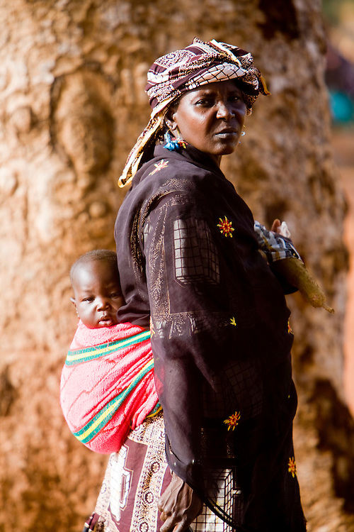 A woman carrying her child near the riverside. At the confluence of the Niger and the Bani rivers, between Timbuktu and Segou, Mopti is the second largest city in Mali, and the hub for commerce and tourism in this west-african landlocked country.
