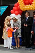 Prins Willem-Alexander en Prinses Maxima zijn op de basisscholen De Triangel en Het Palet om met een fluitsignaal de Koningsspelen te openen. Ruim 1,3 miljoen kinderen van 65.000 scholen doen mee aan deze sportdag, een cadeau van alle schoolkinderen in Nederland aan het aanstaande koningspaar. <br /> <br /> Prince Willem-Alexander and Princess Maxima are on the primary school the Triangle and Palette With a whistle they will open the games. More than 1.3 million children from 65,000 schools participate in these sports day, a gift of all schoolchildren in the Netherlands to the future King and Queen.<br /> <br /> Op de foto / On the photo:  Prinses Maxima en Prins Willem Alexander vertrekken na hun laatste officiele bezoek als Prins en Prinses<br /> <br /> Princess Maxima and Prince Willem Alexander leave after their last official visit as Prince and Princess