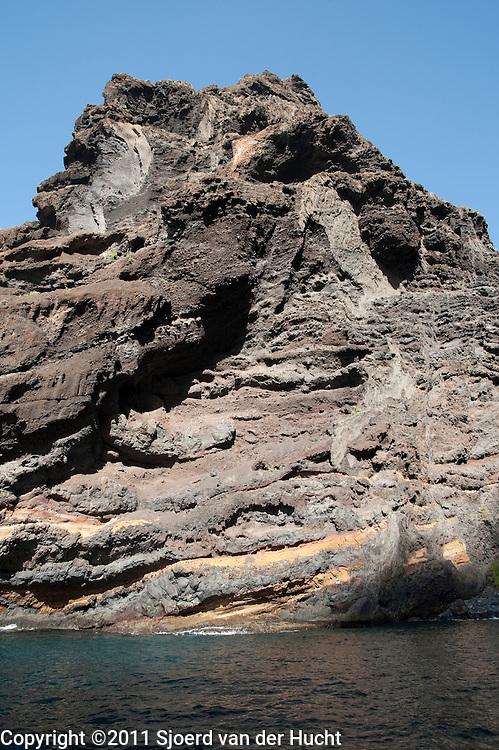 Rotsformaties, Acantilados de Los Gigantes, ten noorden van de plaats Los Gigantes, Tenerife. Op sommige plaatsen rijzen deze rotsformaties tot wel 800 meter boven de zeespiegel - Giant rock formations, Acantilados de Los Gigantes, that rise from the sea to a height of 500-800 metres after which the town has been named, Los Gigantes, Tenerife, Spain