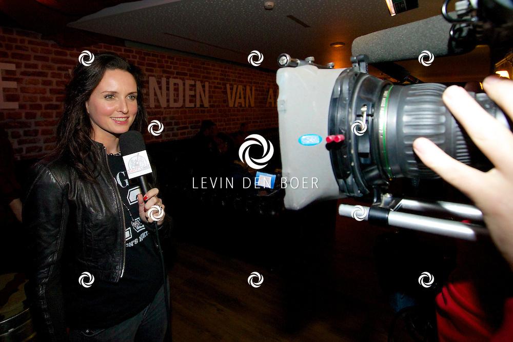 ROTTERDAM - De vrienden van Amstel Live 2014 in de Ahoy.  Met op de foto Marie-Claire Witlox die de backstage films maakt voor Amstel Live. FOTO LEVIN DEN BOER - PERSFOTO.NU
