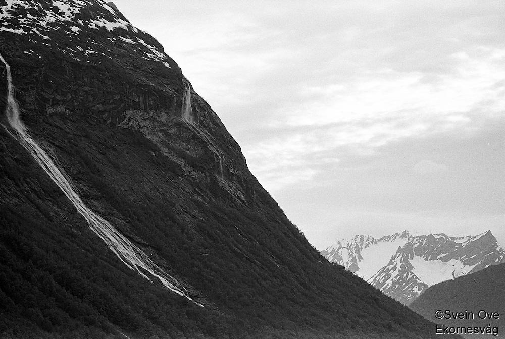 En foss renner nedover fjellsiden i nærheten av Hotel Union Øye.<br /> Foto: Svein Ove Ekornesvåg