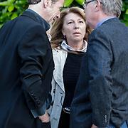 NLD/Bilthoven/20120618 - Uitvaart Will Hoebee, Hans van Barneveld en partner Tina S in gesprek met Edvard Niessing