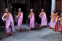 Myanmar (ex Birmanie), Mandalay, Procession de nonnes bouddhistes // Myanmar (Burma), Mandalay, Buddhist nun procession