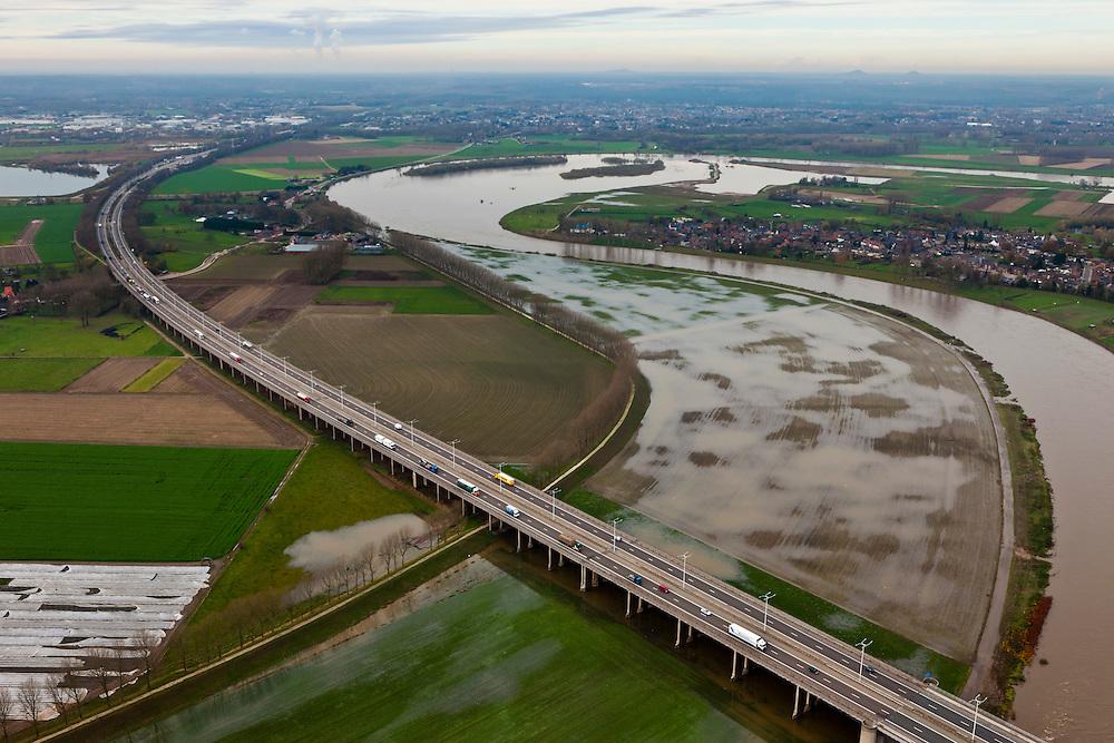 Nederland, Limburg, gemeente Stein, 15-11-2010; A76 over de Maas, in de achtergrond Meers. De Maas (Grensmaas) treedt bij hoogwater buiten zijn oevers en het water wordt ook via de uiterwaarden stroomafwaarts afgevoerd. Ter hoogte van Meers is in het kader van de Maaswerken de stroomgeul verbreed..A76 across the river in the background Meers. Maas (Meuse) overflowing its banks, the water is also discharged downstream via the floodplains. Near the village Meers the 'stream channel' of the river has been widened (Maaswerken or Meuse works)..luchtfoto (toeslag), aerial photo (additional fee required).foto/photo Siebe Swart
