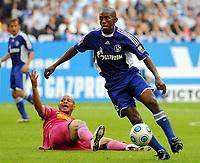 Fotball<br /> Tyskland<br /> Foto: Witters/Digitalsport<br /> NORWAY ONLY<br /> <br /> 16.08.2009<br /> <br /> v.l. Joel Epalle, Mineiro Schalke<br /> Bundesliga FC Schalke 04 - VfL Bochum 3:0