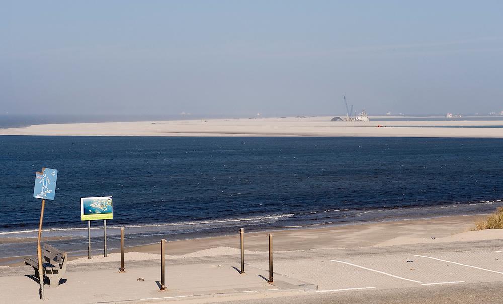 Nederland, Rotterdam, 12 april 2010.Maasvlakte 2 in wording. Achter het bord is de tweede maasvlakte al te zien...Foto (c)  Michiel Wijnbergh