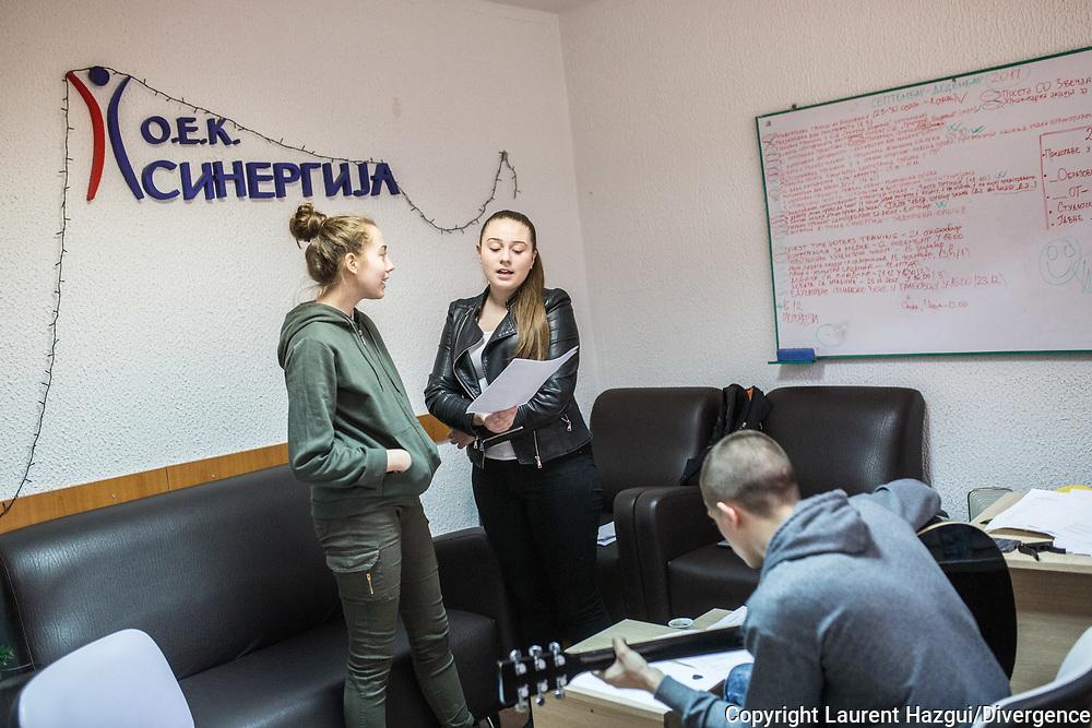 Décembre 2017. Kosovo : 10ème anniversaire de l'indépendance. Mitrovica nord. Mirovica nord, partie serbe. ONG Oiek Synergia, préparation d'un concert.