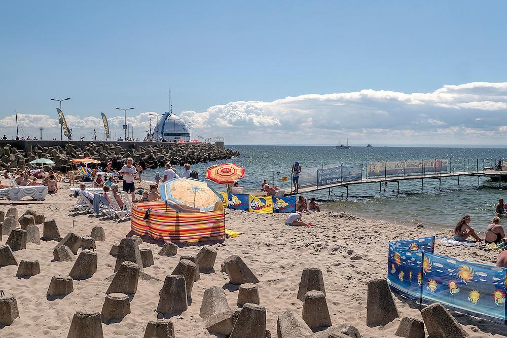 Hel (woj. pomorskie) 20.07.2016. Plaża na Helu widok od strony zatoki.