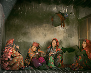 Forty days after the death of Saidol, the former mayor, a ceremony is celebrated in his honor. The traditional life of the Wakhi people, in the Wakhan corridor, amongst the Pamir mountains.