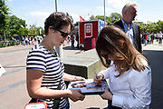 Cast Orange Is the New Black op Museumplein om een selfie te maken.<br /> <br /> Cast Orange Is the New Black on Museumplein to take a selfie.<br /> <br /> op de foto / On the photo: <br /> <br />  Yael Stone