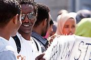 In Utrecht demonstreren dakloze vluchtelingen omdat zij geen toegang hebben tot onderdak of eten. Bij de daklozenopvang kunnen zij niet meer terecht. De vluchtelingen zijn uit asielzoekerscentra gezet en kunnen niet uitgezet worden, omdat hun thuisland Somalië te gevaarlijk zou zijn. <br /> <br /> In Utrecht refugees are demonstrating because they have no place to sleep and nothing to eat. There is no room at the homeless shelters in The Netherlands and they are not welcome in the asylum centers. They can't be expelled, because their homeland is to dangerous. Most of the asylum seekers are from Somalia.