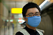 Daegu/Suedkorea, Republik Korea, KOR, 12.09.2009: Ordner in der Metro der suedkoreanischen Stadt Daegu traegt eine Maske um einer moeglichen Infektion mit dem Schweinegrippen Virus (H1N1) vorzubeugen. | Daegu/Republic of Korea, South Korea, KOR, 12.09.2009: Guard at the subway of the South Korean city Daegu wearing a face mask as prevention against the swine flu virus.