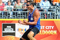 17-07-2014 NED: FIVB Grand Slam Beach Volleybal, Apeldoorn<br /> Poule fase groep A mannen - Een blije Reinder Nummerdor als zij Duitsland met 2-1 verslaan