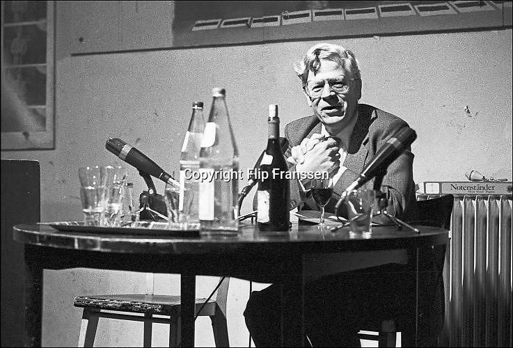 Nederland, Nijmegen, 14-11-1983Drs. P, Heinz Polzer, tijdens een voordracht in het Literair Cafe in O42 in Nijmegen. Foto: Flip Franssen/ Hollandse Hoogte