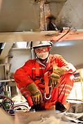 travailleur chinois posant pour un portrait photographique pendant la  construction de l'usine KNS à Vavouto.