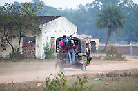 KHUNTI (Jharkhand) -  Finaledag Interschool Hockey League 2016. ONE MILLION HOCKEY LEGS  is een project , geïnitieerd door de Nederlandse- en Indiase overheid, met het doel om trainers en coaches op te leiden en  500.000 kinderen in India te laten hockeyen.  Ex international Floris Jan Bovelander    is een van de oprichters en het gezicht van OMHL.  Per Riksja gaan de teams weer naar huis.  COPYRIGHT KOEN SUYK