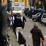 NLD/Amsterdam/20061220 - Cabaratier Youp van 't Hek met partner Debbie Petter voor hun huis Prinsengracht Amsterdam