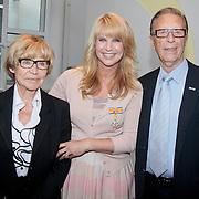 NLD/Huizen/20110429 - Lintjesregen 2011, Linda de Mol en haar ouders