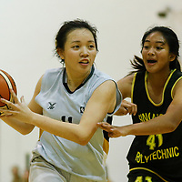 (#11) of Singapore Institute of Management drives against (#41) of Singapore Polytechnic. (Photo © Lim Yong Teck/Red Sports)