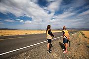 De rijders en trainers bekijken het parcours. Het Human Power Team Delft en Amsterdam (HPT), dat bestaat uit studenten van de TU Delft en de VU Amsterdam, is in Amerika om te proberen het record snelfietsen te verbreken. In Battle Mountain (Nevada) wordt ieder jaar de World Human Powered Speed Challenge gehouden. Tijdens deze wedstrijd wordt geprobeerd zo hard mogelijk te fietsen op pure menskracht. Het huidige record staat sinds 2015 op naam van de Canadees Todd Reichert die 139,45 km/h reed. De deelnemers bestaan zowel uit teams van universiteiten als uit hobbyisten. Met de gestroomlijnde fietsen willen ze laten zien wat mogelijk is met menskracht. De speciale ligfietsen kunnen gezien worden als de Formule 1 van het fietsen. De kennis die wordt opgedaan wordt ook gebruikt om duurzaam vervoer verder te ontwikkelen.<br /> <br /> The Human Power Team Delft and Amsterdam, a team by students of the TU Delft and the VU Amsterdam, is in America to set a new world record speed cycling.In Battle Mountain (Nevada) each year the World Human Powered Speed Challenge is held. During this race they try to ride on pure manpower as hard as possible. Since 2015 the Canadian Todd Reichert is record holder with a speed of 136,45 km/h. The participants consist of both teams from universities and from hobbyists. With the sleek bikes they want to show what is possible with human power. The special recumbent bicycles can be seen as the Formula 1 of the bicycle. The knowledge gained is also used to develop sustainable transport.