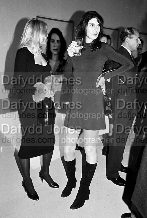 Cut and Thrust evening, Saatchi gallery. 12 November 1997. © Copyright Photograph by Dafydd Jones 66 Stockwell Park Rd. London SW9 0DA Tel 020 7733 0108 www.dafjones.com