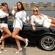 NLD/Amsterdam/20070610 - Presentatie Playboy's Playmates Collectors Special Edition, playmate en model Carlijn Carter, Olga Urashova, Dorien Rose Duinker, Melisa Schaufeli met de auto van Frans van Zoest, Spike