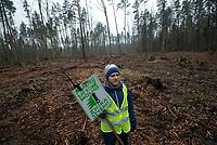 Postolowo, Puszcza Bialowieska, 30.12.2017. Zimowy Spacer Obywatelski w Puszczy . Akcja zostala zorganizowana po tym , jak Nadlesnictwo Hajnowka zamknelo dla turystow kolejne obszary lesne . Protestujacy uwazaja , ze przyczyni sie do zmniejszenia zainteresowania Puszcza turystow a tym samym po raz kolejny oslabi branze turystyczna w regionie Puszczy Bialowieskiej N/z uczestnicy marszu na zrebie fot Michal Kosc / AGENCJA WSCHOD