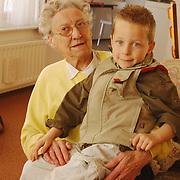 Folder Vooranker Huizen, Bejaardenhand met kinderhand