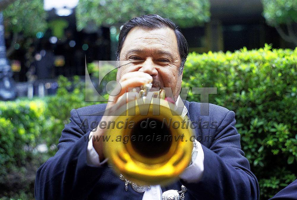 Toluca, Méx.-  Un mariachi afina su trompeta para la jornada de festejos por la Independencia Nacional. Agencia MVT/ Mario B. Arciniega