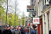 Nederland, Amsterdam, 26-4-2015Drukte op de Wallen. Op de oudezijds lopen drommen toeristen langs de sekswinkels en ramen met prostituees. FOTO: FLIP FRANSSEN/ HOLLANDSE HOOGTE