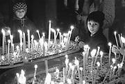 Roemenie, Timisoara, 16-2-1990Kaarsen branden in de kerk van dominee Laszlo Tokes. Twee maanden eerder, december 1989, 12-1989, vond in Roemenie de revolutie, opstand, omwenteling, revolte tegen het bewind van communist en dictator Ceausescu begon. Communisme in Oost Europa hield op te bestaan en op veel gebieden waren de omstandigheden verbijsterend slecht en ouderwets.Foto: Flip Franssen/Hollandse Hoogte