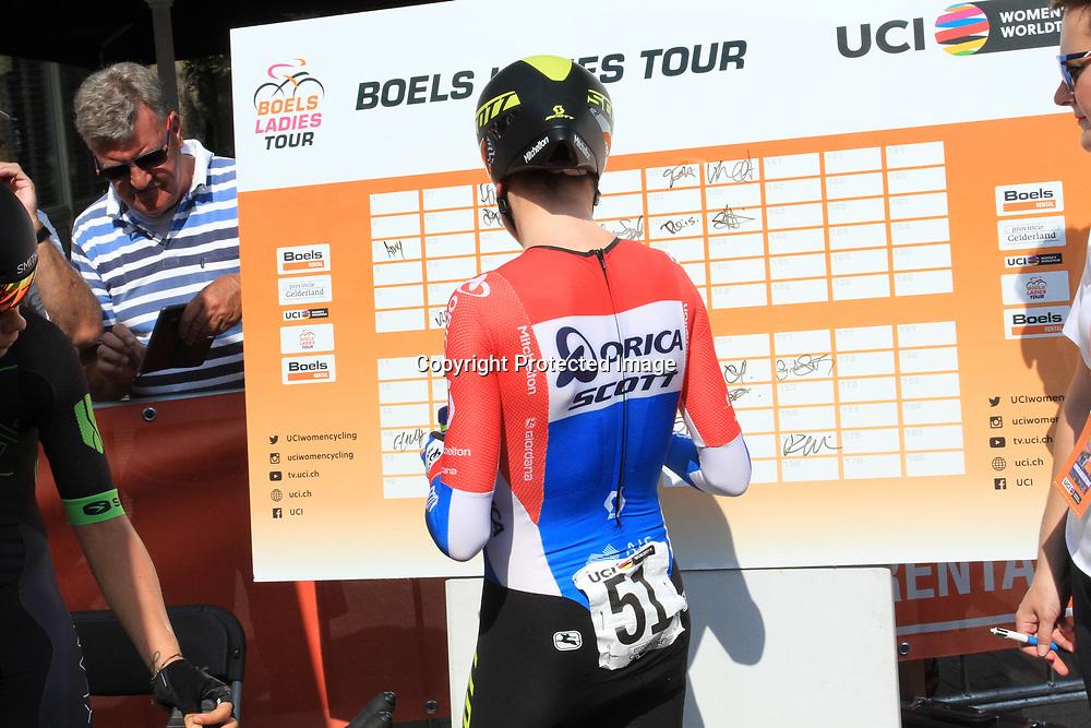29-08-2017: Wielrennen: Boels Ladies Tour: Wageningen     <br /> Annemiek van Vleuten heeft de openingstijdrit van de Boels Ladies Tour op haar naam gebracht. In de 4,3 kilometer lange rit tegen de klok in haar Wageningen bleef de renster van Orica-Scott Europees kampioene Ellen van Dijk voor.<br /> Achter Lisa Brennauer werd Anna van der Breggen vierde.