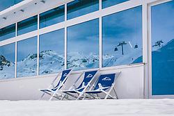 THEMENBILD - leere Stühle vor einem Restaurant am Skigebiet Kitzsteinhorn, die Liftanlagen und Bergwelt spiegelt sich an der Fensterfront , aufgenommen am 21. Oktober 2020 in Kaprun, Österreich // empty chairs in front of a restaurant in the Kitzsteinhorn ski area, the cable cars and mountain scenery reflected in the window front, Kaprun, Austria on 2020/10/21. EXPA Pictures © 2020, PhotoCredit: EXPA/ JFK