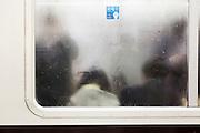 Tokyo - crowded train - Train bondé avec de la buée sur les vitres.