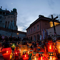 People light candles in front of the Wawel castle after the funeral of late Polish president Lech Kaczynski and his wife Maria Kaczynska in Krakow, Poland. Sunday, 18. April 2010. ATTILA VOLGYI The presidental coupple died in the tragic airplane accident at Smolensk in Russia.