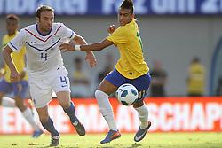 Neymar disputa bola com Joriis durante o jogo amistoso entre as seleções de Brasil e Hoalnda no estádio Arena da Baixada, em Goiânia, Brasil, em 04 de junho de 2011. FOTO: Jefferson Bernardes/Preview.com