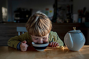 Four-year-old boy Y. has discovered a teapot with cold tea. Y. is very curious and tries many things to see if he can do them by himself. His mother can remember that such everyday situations often ended in anger for her siblings and herself as a child.<br /> Y. belongs to the first generation of his family that grows up non-violent, describes his mother. She could never understand what her siblings or she had done badly that her parents punished them. For herself, it was never an option to get violent towards her son. Her understanding of upbringing is diverse because of her experience of the wounds such experiences can leave behind.