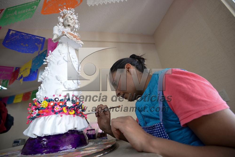 Metepec, México (Octubre 24, 2016).- Artesanos de Metepec trabajaron en sus piezas con las que participaran en Catrinarte 2016, dando vida y color al barro que sus manos transformaron en piezas inigualables.  Agencia MVT / Crisanta Espinosa.