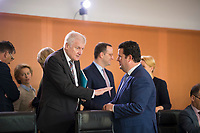 DEU, Deutschland, Germany, Berlin, 07.11.2018: Bundesinnenminister Horst Seehofer (CSU) und Bundesarbeitsminister Hubertus Heil (SPD) vor Beginn der 31. Kabinettsitzung im Bundeskanzleramt.