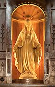 Matka Boska Łaskawa - figura w obrotowej części ołtarza kościoła w Kościelisku, autorstwa Wojciecha Brzegi. Zakopane.