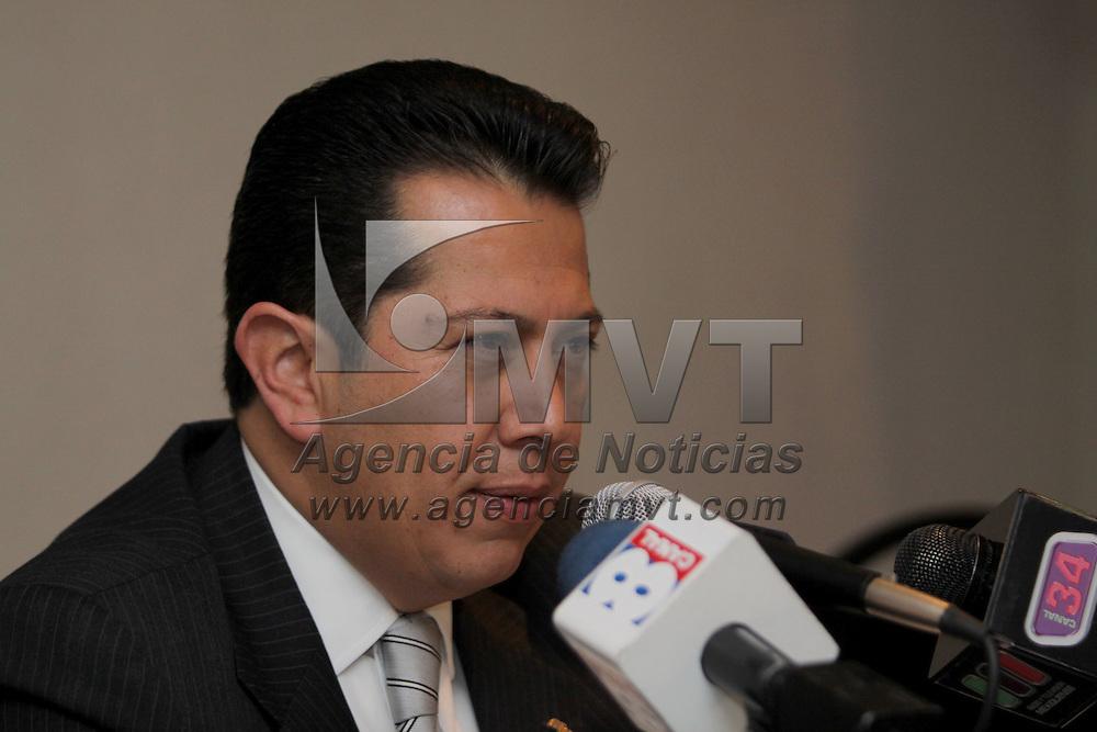 TOLUCA, México.- Mario Montiel Castañeda, décimo segundo regidor de Toluca, anunció que el pasado miércoles presentó su renuncia como militante del Partido Acción Nacional, bajo el argumento de que su libertad de actuar y de decidir han sido objeto, por parte de la dirigencia municipal de su partido y de algunos otros individuos, de descalificaciones y difamaciones. Agencia MVT / Crisanta Espinosa. (DIGITAL)