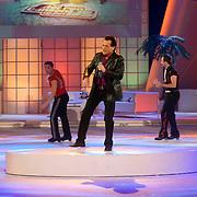 NLD/Hilversum/20070302 - 8e Live uitzending SBS Sterrendansen op het IJs 2007, optreden George Baker met polonaise van de deelnemers