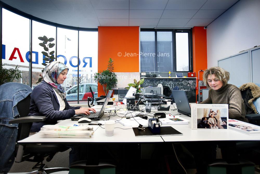 Nederland, Amsterdam , 12 november 2012..Wijkbeheerders Alime Kaya en Dineke Vogelzang op het kantoor van Rochdale in de kolenkitbuurt van Slotermeer..Foto:Jean-Pierre Jans