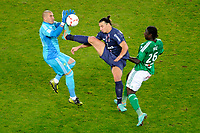 FOOTBALL - FRENCH CHAMPIONSHIP 2012/2013 - L1 - PARIS SAINT GERMAIN v AS SAINT ETIENNE  - 3/11/2012 - PHOTO JEAN MARIE HERVIO / REGAMEDIA / DPPI - ZLATAN IBRAHIMOVIC (PSG) / STEPHANE RUFFIER / BAYAL SALL (ASSE)