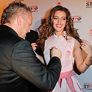 NLD/Blaricum/20111120 - Benefietdiner St. Stop Kindermisbruik, Gordon Heuckeroth signeert de servettenjurk van Marvy Rieder