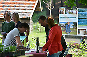 Nederland, Arnhem, 22-5-2014Open dag van hoeve, zorghoeve, Klein Mariendaal . De hoeve is een centrum voor mensen met een geestelijke beperking en daardoor een afstand tot de arbeidsmarkt . Ze komen naar de Hoeve om er een dagbesteding te hebben . Tijdens de ze dag worden eigen landbouwproducten verkocht aan belangstellenden uit vooral de buurt, wijk, die hiet op het landgoed verbouwd worden. Groente en fruit, honing . Biologische landbouw . Ook producenten van biologische producten van buitenaf kunnen hun producten aanbieden . Foto: Flip Franssen